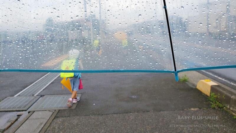 内側からの透明窓の見える雨の日の写真